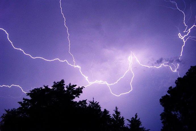 lightning_-6893090977296661704
