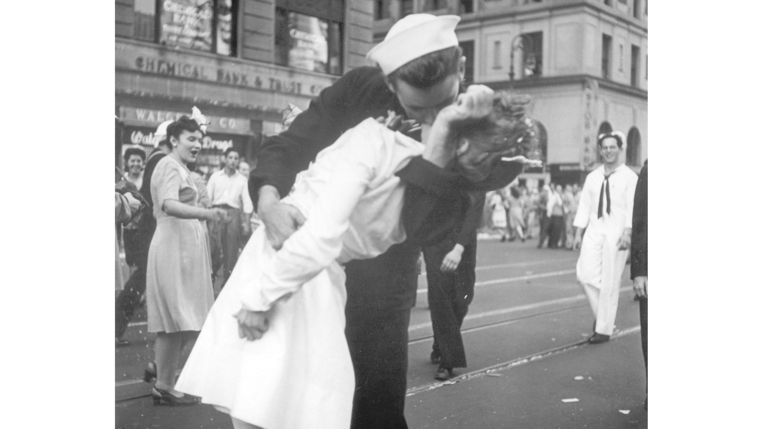 Obit WWII Kissing Sailor Photo_1550508448023